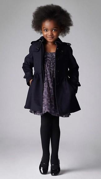 Comment porter: manteau noir, robe imprimée grise, ballerines noires, collants noirs