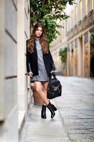 Comment porter: manteau noir, robe-pull argentée, bottines en cuir noires, sac à dos en cuir noir