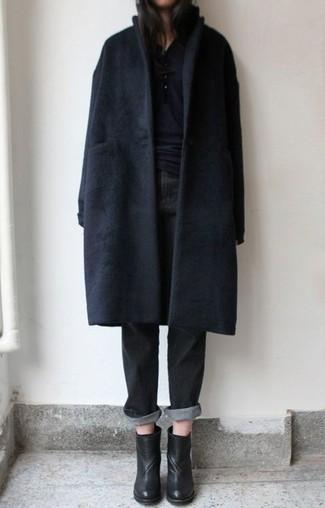 Tenue: Manteau noir, T-shirt à col boutonné noir, Jean boyfriend noir, Bottines en cuir noires