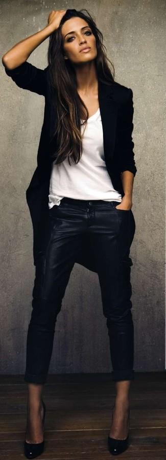 Essaie d'harmoniser un manteau noir avec des bas de vêtements pour un look idéal au travail. Une paire de des escarpins en cuir noirs est une option astucieux pour complèter cette tenue.