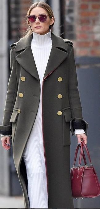 Comment porter: manteau olive, robe-pull blanche, sac fourre-tout en cuir bordeaux, lunettes de soleil bordeaux