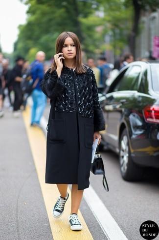 Tenue de Miroslava Duma: Manteau orné noir, Baskets basses noires et blanches, Cartable en cuir noir
