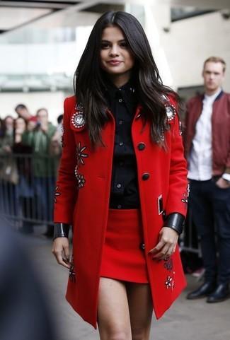 Tenue de Selena Gomez: Manteau orné rouge, Chemise de ville noire, Minijupe rouge