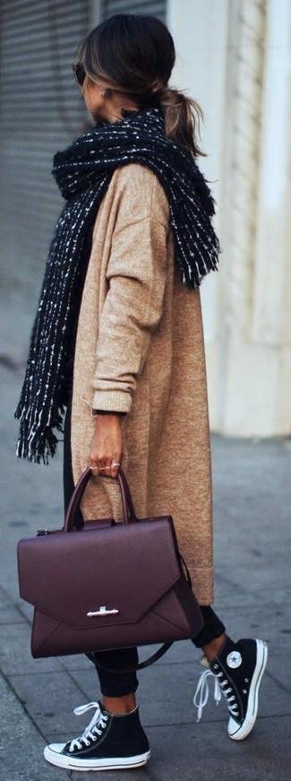 Pense à harmoniser un manteau en tricot brun clair avec un pantalon chino noir pour une tenue raffinée mais idéale le week-end. Décoince cette tenue avec une paire de des chaussures.