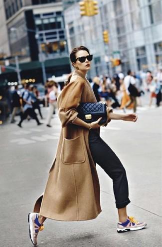 Comment porter: manteau marron clair, pantalon chino noir, chaussures de sport bleu marine et blanc, sac bandoulière en cuir matelassé noir