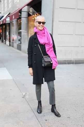 Comment porter: manteau noir, pantalon de costume en laine gris, bottines chelsea en cuir noires, sac bandoulière en cuir matelassé noir