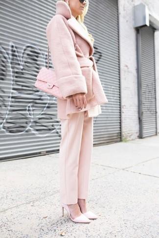 Comment porter: manteau rose, pantalon de costume rose, escarpins en cuir roses, sac bandoulière en cuir matelassé rose