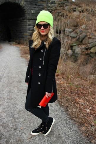 Comment porter des baskets montantes noires avec un pantalon slim noir: Pense à opter pour un manteau noir et un pantalon slim noir pour un look idéal au travail. Si tu veux éviter un look trop formel, opte pour une paire de baskets montantes noires.