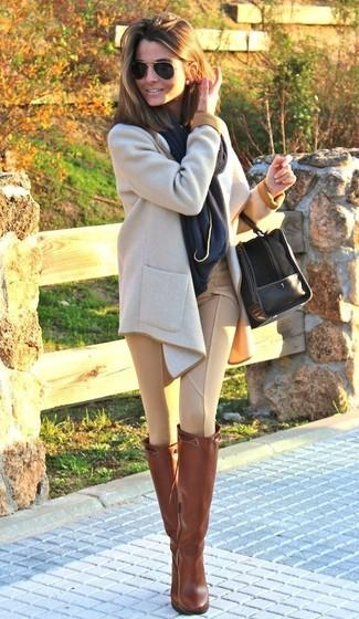 Porte un manteau beige et un pantalon slim marron clair pour achever un look habillé mais pas trop. Si tu veux éviter un look trop formel, opte pour une paire de des bottes hauteur genou en cuir tabac.