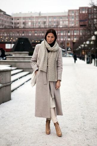 Comment porter: manteau beige, pantalon slim beige, bottines en cuir marron clair, sac fourre-tout en toile beige