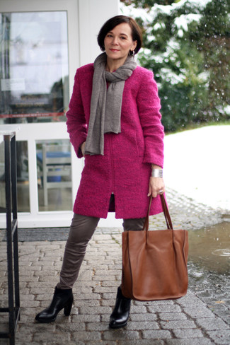 Comment porter: manteau fuchsia, pantalon slim en cuir gris, bottines en cuir noires, sac fourre-tout en cuir marron