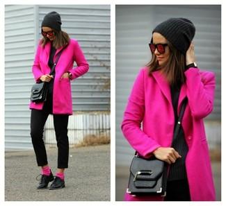 Comment porter: manteau fuchsia, pantalon slim en laine noir, chaussures richelieu en cuir noires, sac bandoulière en cuir noir