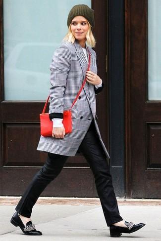 La polyvalence d'un manteau écossais gris et d'un pantalon slim en cuir noir en fait des pièces de valeur sûre. Assortis ce look avec une paire de des slippers en cuir noirs.