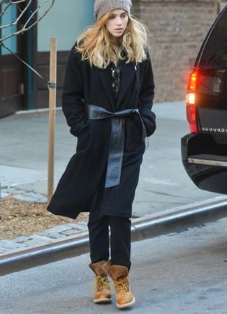 Comment porter: manteau noir, polo noir, jean noir, bottines plates à lacets en cuir marron