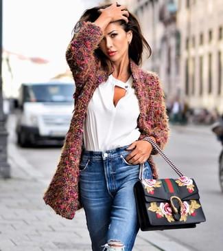 Comment porter un chemisier à manches longues blanc: Marie un chemisier à manches longues blanc avec un jean déchiré bleu pour créer un style chic et glamour.