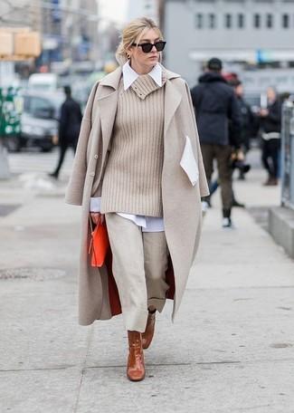 Comment porter une jupe-culotte beige: Associe un manteau beige avec une jupe-culotte beige pour un look de tous les jours facile à porter. Une paire de des bottines en cuir marron est une option judicieux pour complèter cette tenue.