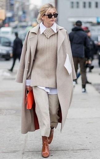 Comment porter: manteau beige, pull à col boule beige, chemise de ville blanche, jupe-culotte beige
