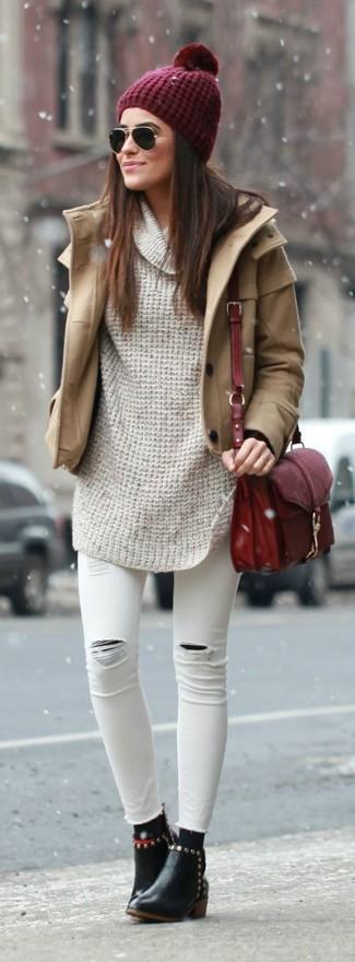 Comment porter: manteau marron clair, pull à col boule beige, jean skinny déchiré blanc, bottines en cuir noires