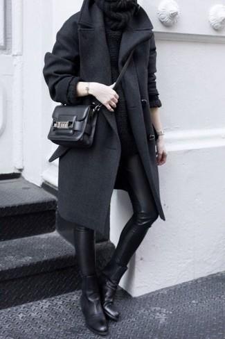 Comment porter: manteau gris foncé, pull à col boule noir, jean skinny en cuir noir, bottines chelsea en cuir noires