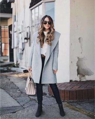 Comment porter: manteau gris, pull à col boule blanc, jean skinny noir, bottines en daim noires