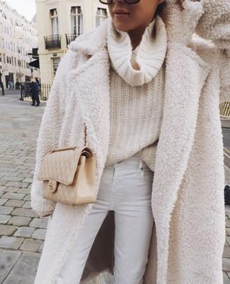 Comment porter: manteau en polaire blanc, pull à col boule beige, jean skinny blanc, sac bandoulière en cuir matelassé beige