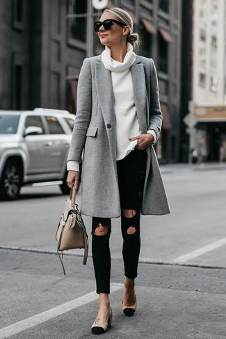 Comment porter: manteau gris, pull à col boule blanc, jean skinny déchiré noir, escarpins en daim noir et marron clair
