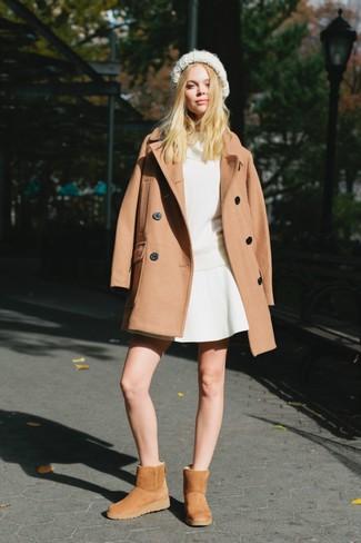 Comment porter: manteau marron clair, pull à col boule blanc, jupe patineuse blanche, bottes ugg marron clair