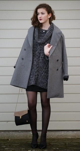 Comment porter un pull à col boule gris foncé: Associe un pull à col boule gris foncé avec une minijupe noire pour achever un style chic et glamour. Une paire de des escarpins en cuir noirs est une option génial pour complèter cette tenue.