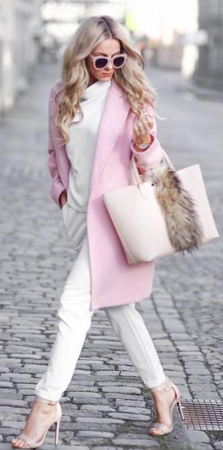 Comment porter: manteau rose, pull à col boule blanc, pantalon carotte blanc, sandales à talons en cuir beiges