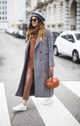 Comment porter: manteau écossais gris, pull à col boule tabac, pantalon slim en cuir marron, baskets basses en cuir blanches