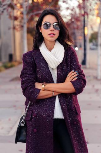 Comment porter: manteau pourpre foncé, pull à col boule blanc, pantalon slim noir, sac bandoulière en cuir noir