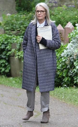 Comment porter: manteau imprimé gris, pull à col en v noir, chemise de ville blanche, pantalon chino gris