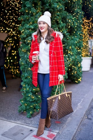 Comment porter: manteau à carreaux rouge, pull à col en v gris, chemise de ville blanche, jean skinny bleu