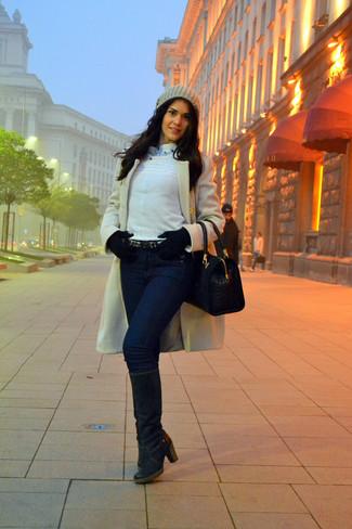Comment porter: manteau blanc, pull à col en v blanc, chemise de ville bleu clair, jean skinny bleu marine