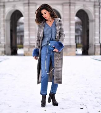 Comment porter un jean bleu: Opte pour un manteau en pied-de-poule gris avec un jean bleu pour achever un style chic et glamour. Une paire de des bottines en cuir noires est une option judicieux pour complèter cette tenue.