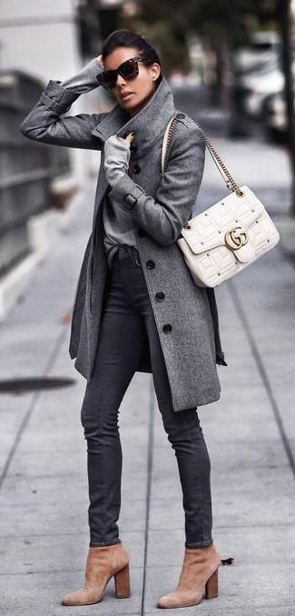 Comment porter: manteau gris, pull à col en v gris, jean skinny noir, bottines en daim marron clair