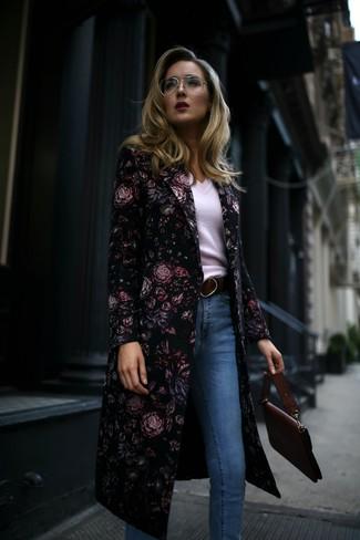 Comment porter: manteau à fleurs noir, pull à col en v blanc, jean skinny bleu clair, cartable en cuir bordeaux