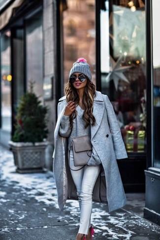 Comment porter: manteau gris, pull à col en v gris, jean skinny blanc, escarpins en daim fuchsia