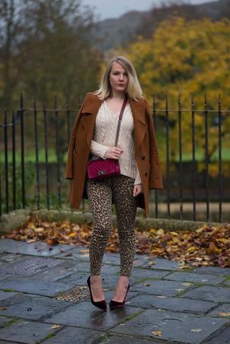 Comment porter: manteau tabac, pull à col en v beige, jean skinny imprimé léopard marron clair, escarpins en velours bordeaux