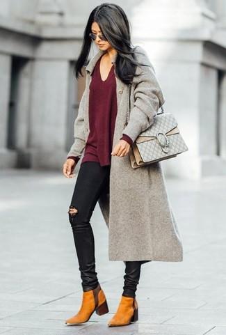 Comment porter: manteau gris, pull à col en v bordeaux, jean skinny déchiré noir, bottines chelsea en daim tabac