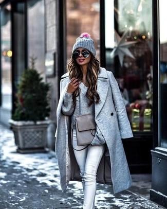 Comment porter: manteau gris, pull à col en v gris, jean skinny gris, cartable en cuir gris