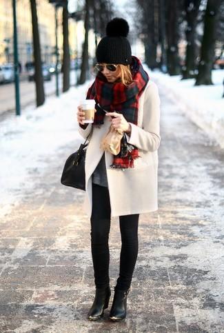 Tenue: Manteau beige, Pull à col en v gris foncé, Jean skinny noir, Bottines en cuir noires