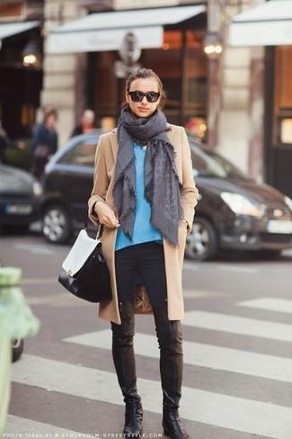 Comment porter: manteau marron clair, pull à col en v bleu, jean skinny noir, cuissardes en cuir noires