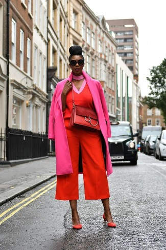 Comment porter: manteau fuchsia, pull à col en v rouge, jupe-culotte rouge, escarpins en daim rouges