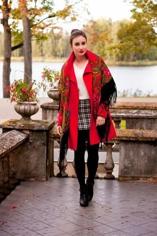 Comment porter: manteau rouge, pull à col en v blanc, minijupe écossaise blanche et noire, bottines en cuir noires