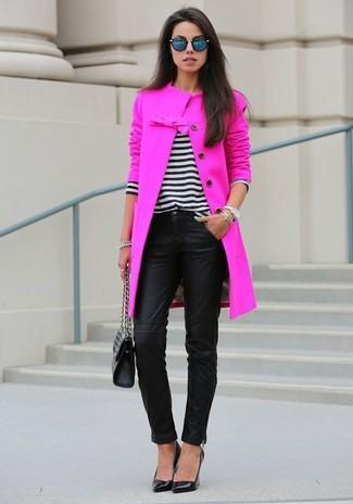 Comment porter: manteau fuchsia, pull à col en v à rayures horizontales blanc et noir, pantalon slim en cuir noir, escarpins en cuir noirs