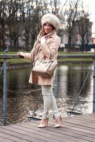 Comment porter: manteau beige, pull à col en v blanc, pantalon slim en cuir blanc, escarpins en cuir beiges