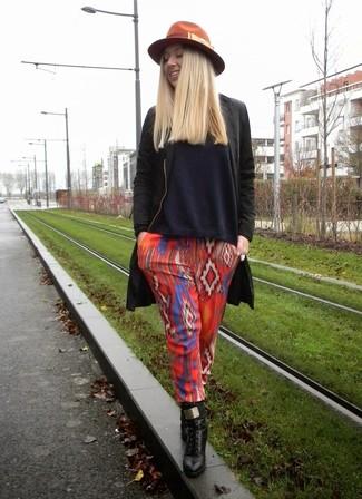 Comment porter: manteau noir, pull à col en v bleu marine, pantalon style pyjama géométrique rouge, bottines à lacets en cuir noires