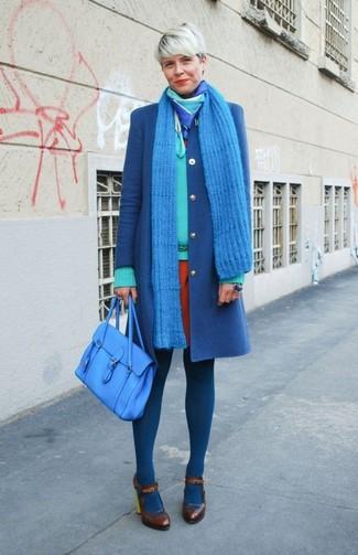Comment porter: manteau bleu, pull à col en v vert menthe, robe fourreau orange, escarpins en cuir marron foncé