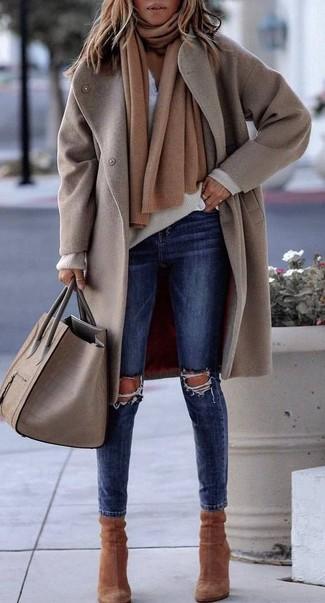 Comment porter: manteau beige, pull à col en v beige, t-shirt à col boutonné blanc, jean skinny déchiré bleu marine